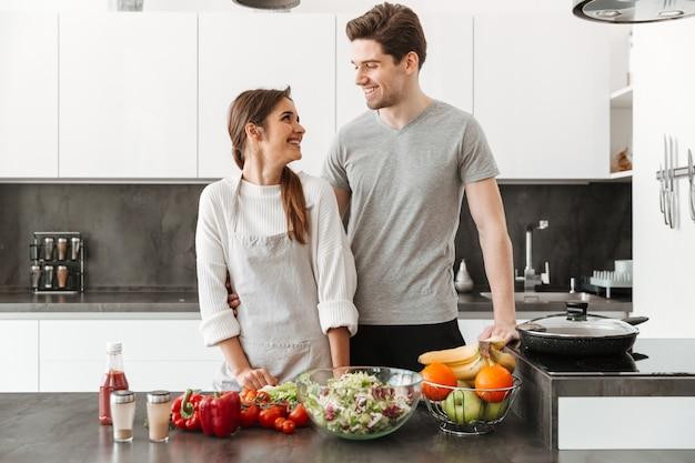 Retrato de una joven pareja sonriente
