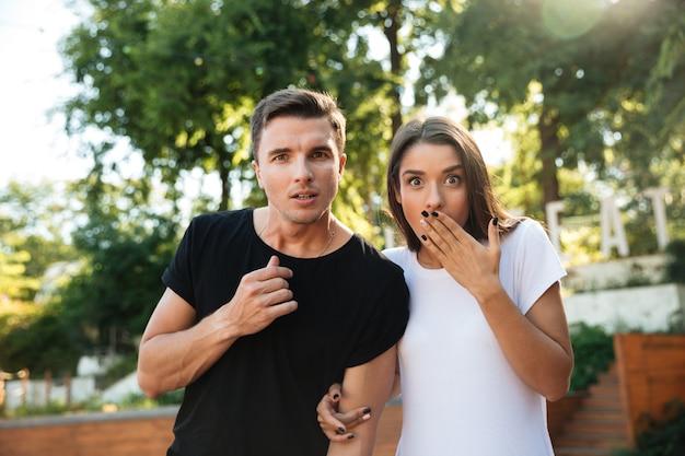 Retrato de una joven pareja sorprendida