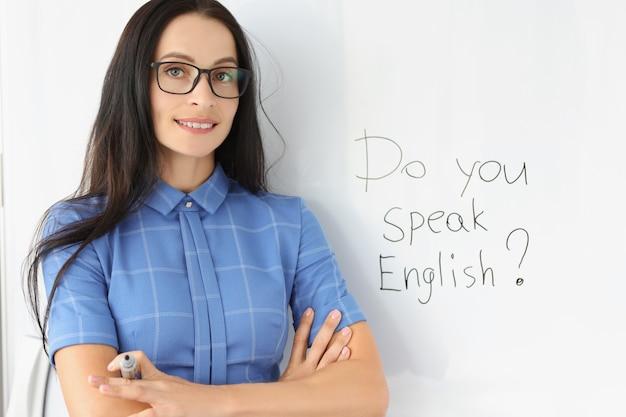 Retrato de joven profesor de inglés sonriente trabaja como un concepto de traductor