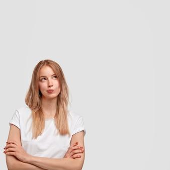 Retrato de joven rubia en camiseta blanca