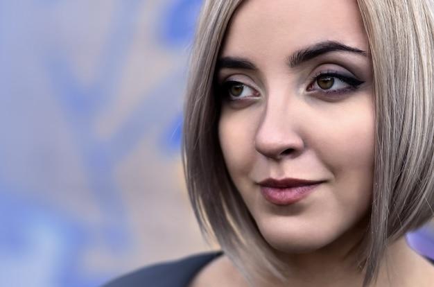Retrato de una joven rubia con pelo corto