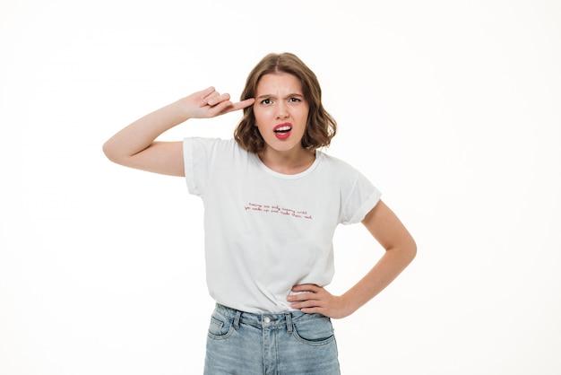 Retrato de una joven señalando con el dedo a la cabeza