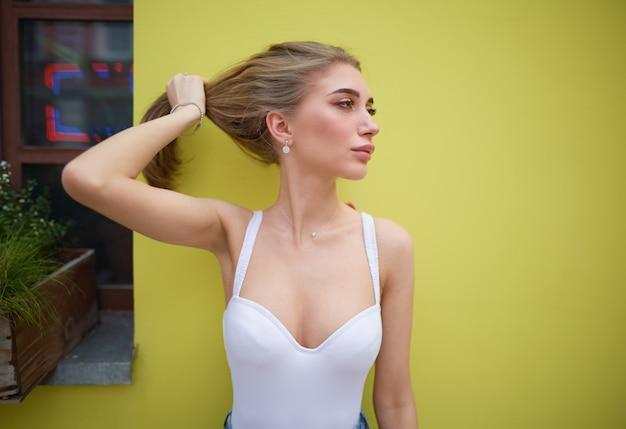 Retrato de una joven sobre un fondo amarillo