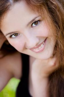 Retrato de joven sonriente en el parque