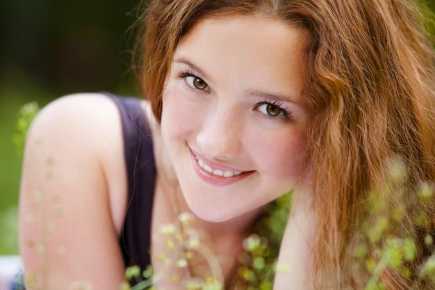 Retrato de joven sonriente pelirroja