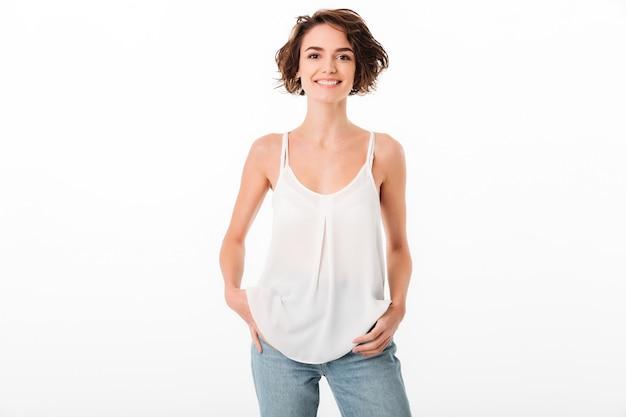 Retrato de una joven sonriente posando mientras está de pie