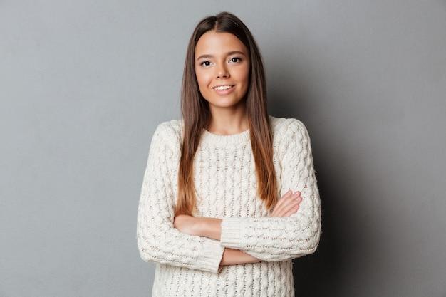 Retrato de una joven sonriente en suéter