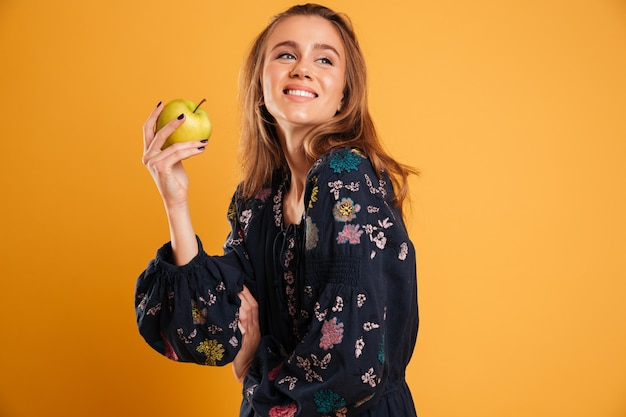 Retrato de una joven sonriente, vestida con traje de verano