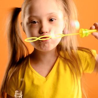 Retrato de joven soplando burbujas
