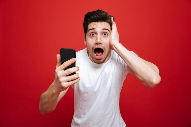 Retrato de un joven sorprendido en camiseta blanca