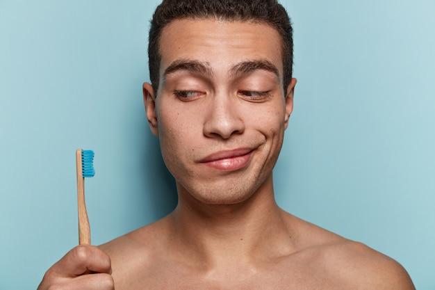 Retrato, de, joven, tenencia, cepillo de dientes