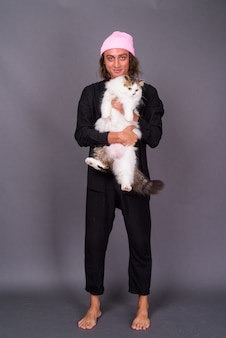 Retrato, de, joven, tenencia, gato persa