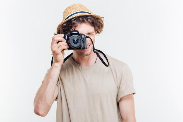 Retrato de un joven tomando una foto con una vieja cámara de fotos vintage
