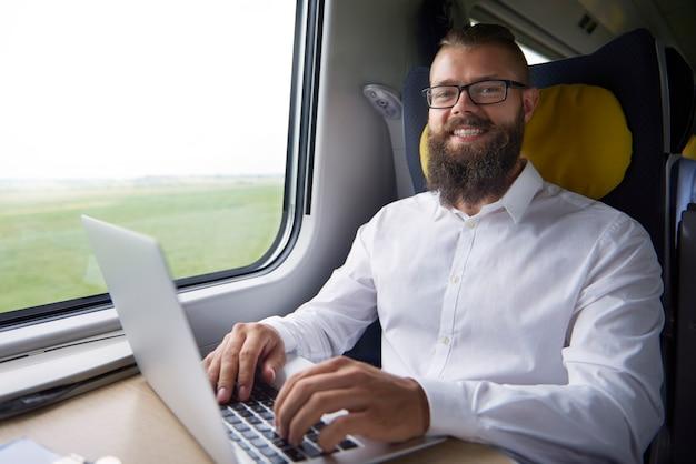 Retrato de joven trabajando en el tren