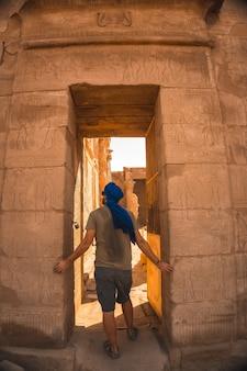 Retrato de un joven con un turbante azul a la entrada del templo de edfu