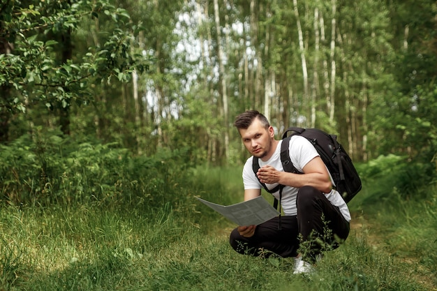 Retrato de un joven, un vagabundo con una mochila