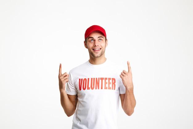 Retrato de un joven vestido con camiseta de voluntario