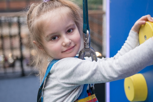 Retrato de jovencita en el rocódromo