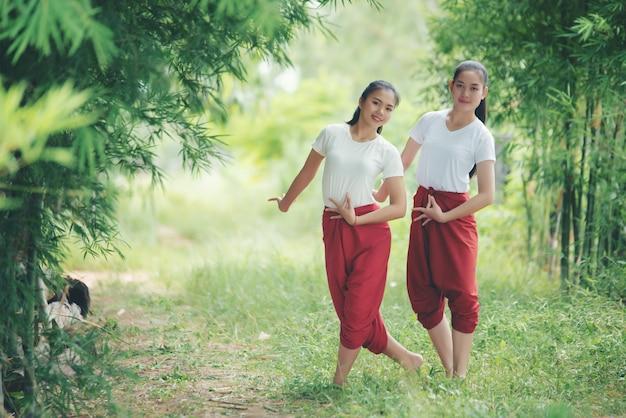 Retrato de jovencita tailandesa en la cultura del arte tailandia bailando, tailandia