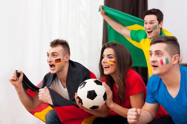 Retrato de jóvenes aficionados al fútbol durante el partido