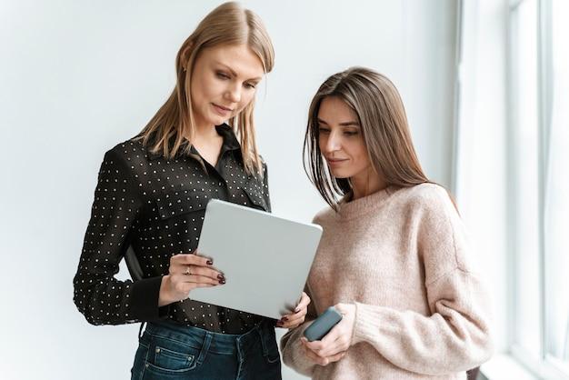 Retrato de jóvenes empresarias con tableta