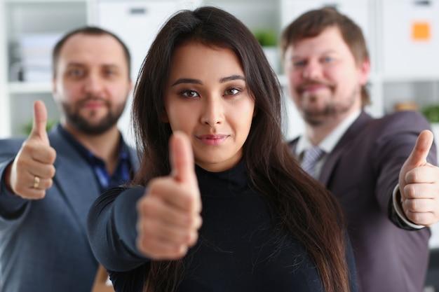 Retrato de jóvenes empresarios alegres en la oficina