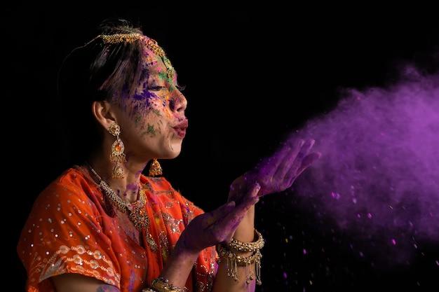 Retrato de jóvenes mujeres indias con cara de color celebrando el festival holi color. festival en la india.