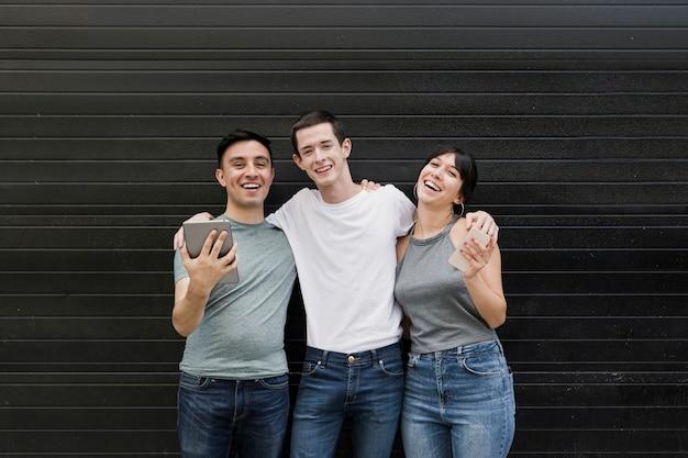 Retrato de jóvenes posando juntos