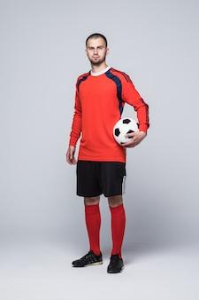 Retrato de jugador de fútbol profesional en camisa roja aislado en blanco