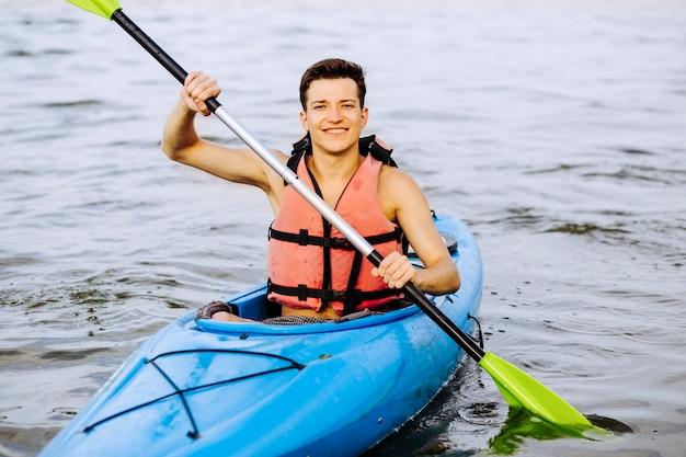 Retrato de kayak remando en el lago
