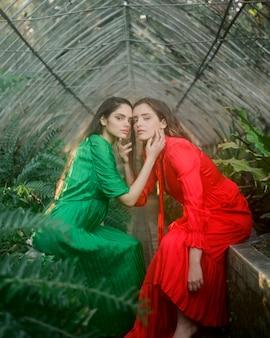 Retrato a largo plazo de mujeres abrazándose