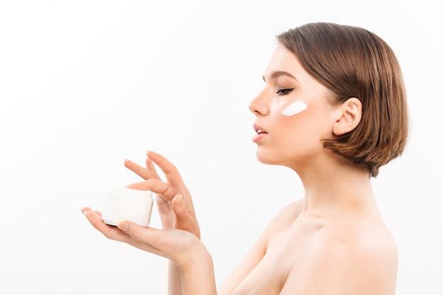 Retrato lateral de una joven mujer medio desnuda