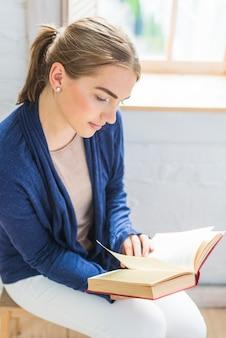Retrato de un libro de lectura de mujer atractiva