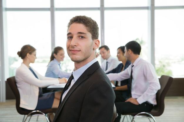 Retrato del líder de negocios de sexo masculino confidente