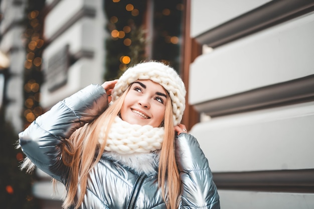 Retrato de una linda chica al estilo navideño