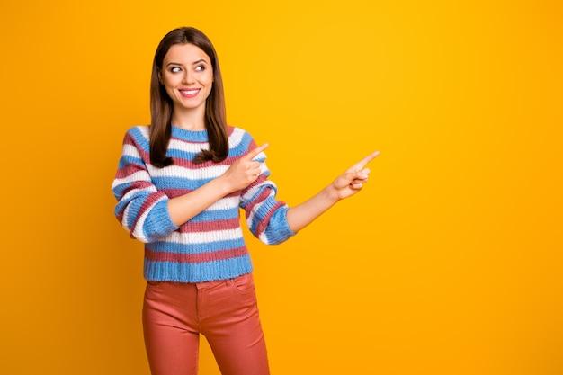 Retrato de linda chica alegre alegre mostrando anuncio de espacio de copia