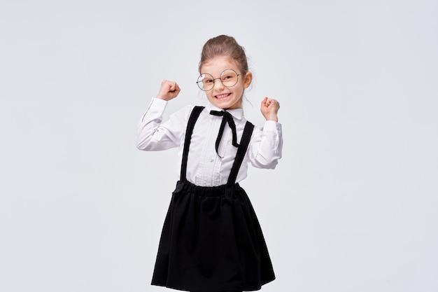 Retrato de linda chica encantadora encantadora en uniforme escolar