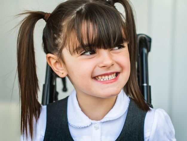 Retrato de una linda chica en silla de ruedas