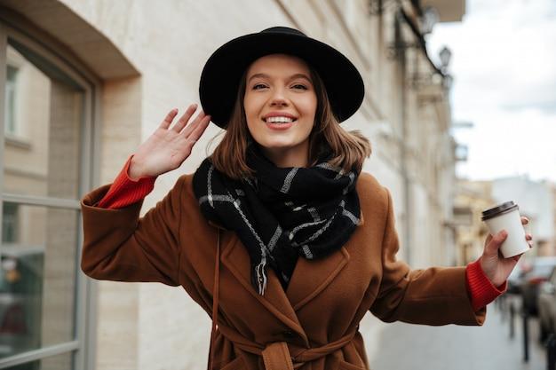 Retrato de una linda chica vestida con ropa de otoño