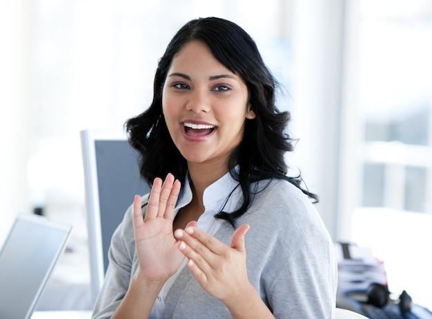 Retrato de una linda empresaria aplaudiendo a un nuevo colega