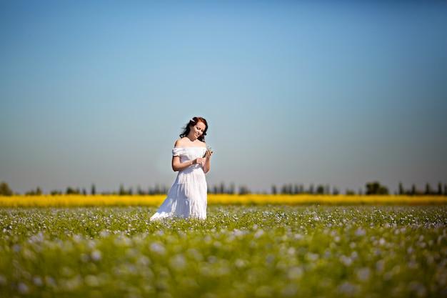 Retrato de una linda niña feliz en la naturaleza en un campo de violación.