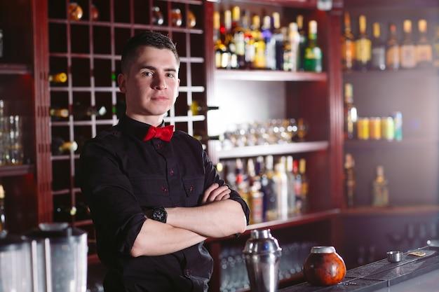 Retrato de un lindo barman.
