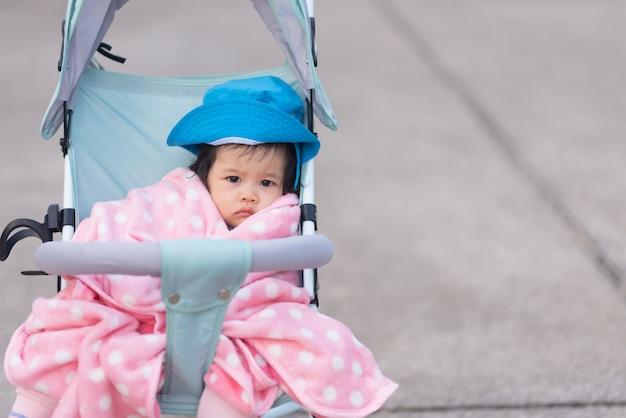 Retrato de lindo bebé sentado en la silla