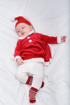 Retrato de lindo bebé en un sombrero de santa y disfraz