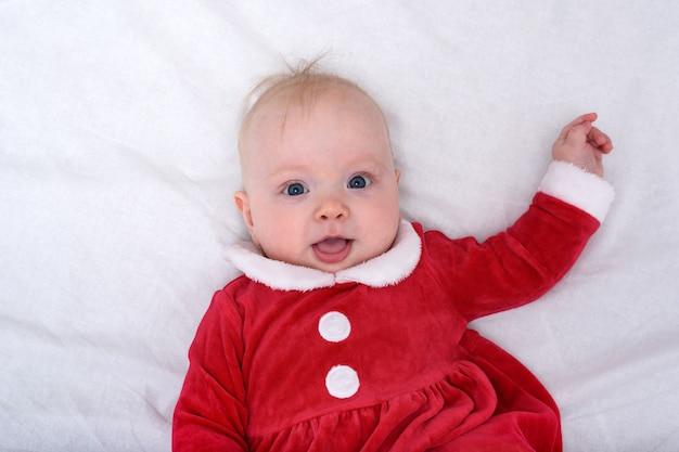 Retrato de lindo bebé en un traje de santa