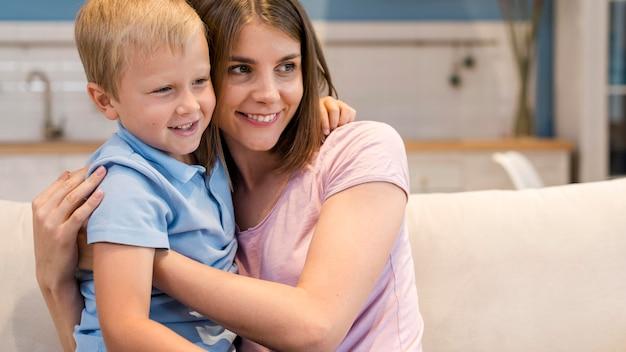 Retrato de lindo hijo jugando con la madre