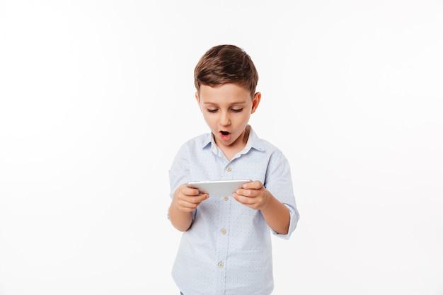 Retrato de un lindo niño divertido jugando juegos