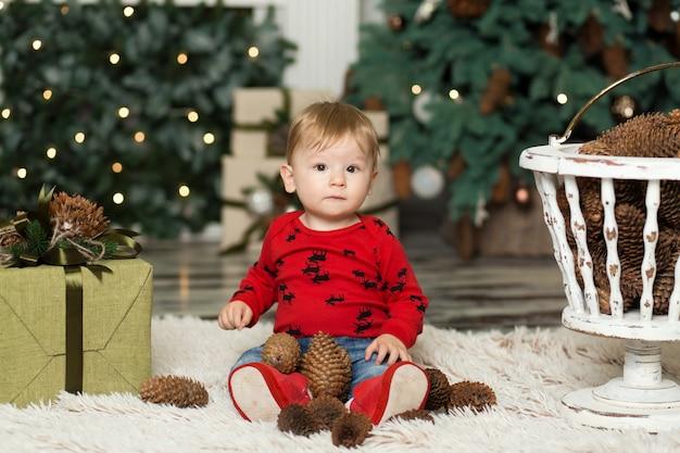Retrato de un lindo niño jugando en el piso con conos