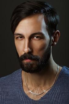 Retrato bajo llave de hombre sospechoso con barba