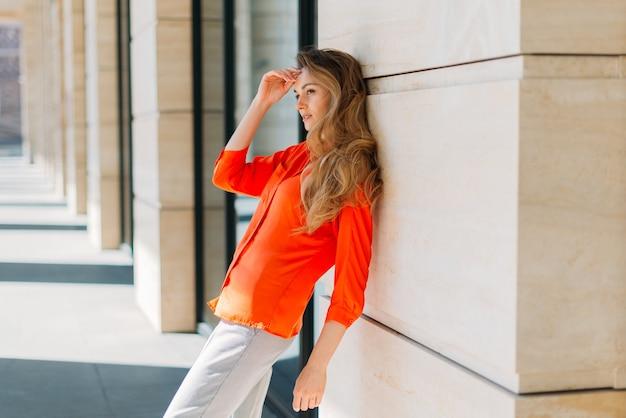 Retrato de longitud completa modelo de niña vestida con ropa casual se inclina sobre la construcción